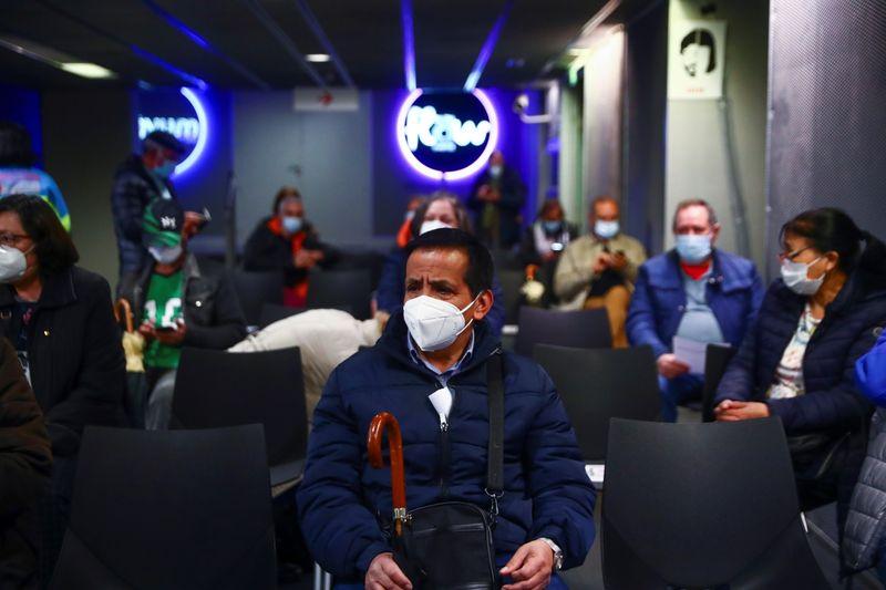 Moradores de Madri esnobam vacinas da AstraZeneca em meio a mudança de diretriz