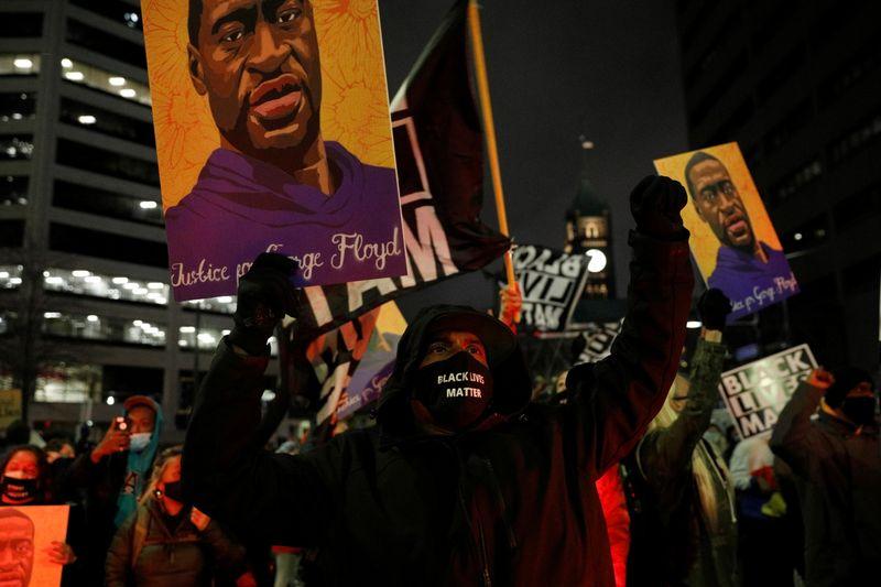 Cidadãos dos EUA lideram esforços por reforma da polícia desde morte de George Floyd