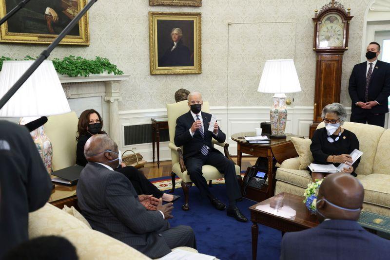 """Biden promete pressionar por """"mudanças significativas"""" para norte-americanos negros"""