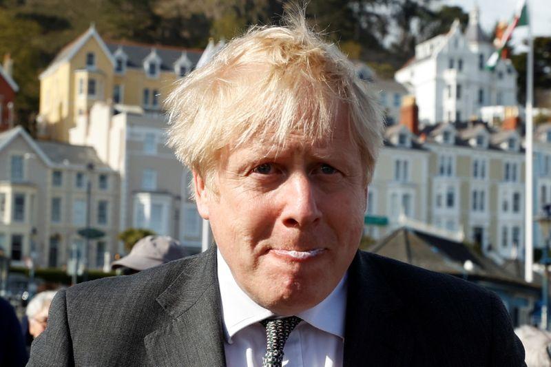 """Premiê britânico nega ter dito """"deixem os corpos serem empilhados"""""""