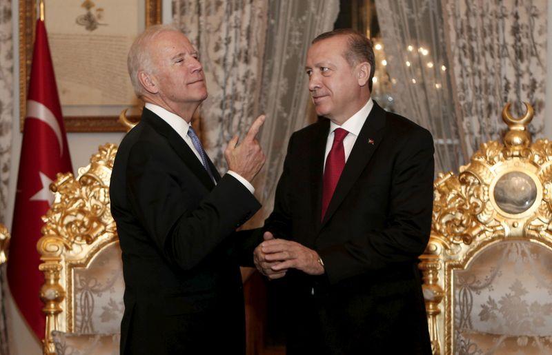 """Erdogan pede que Biden reverta """"passo errado"""" em declaração sobre genocídio armênio"""