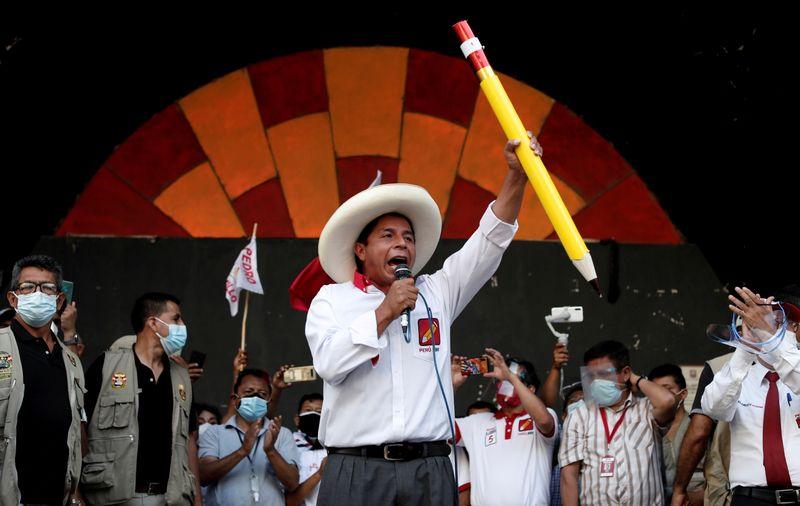 Corrida presidencial do Peru se acirra com disputa por eleitores indecisos