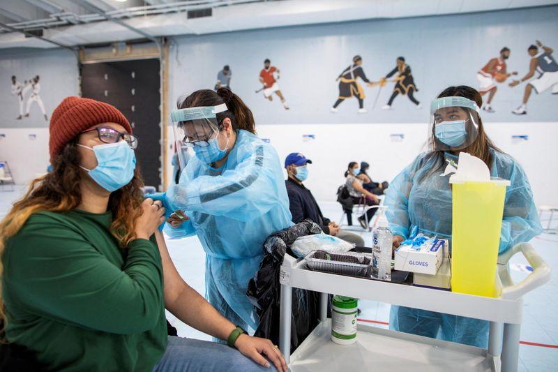 Canadenses em busca de vacinas recebem ajuda de voluntários na internet