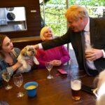 Inglaterra anuncia flexibilização das restrições contra Covid: abraços cautelosos