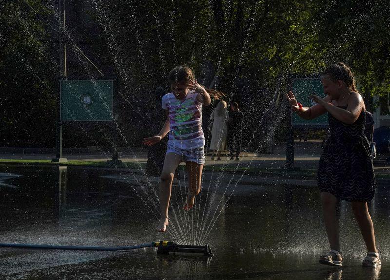 Calor quase recorde em Moscou faz russos correrem para lagos