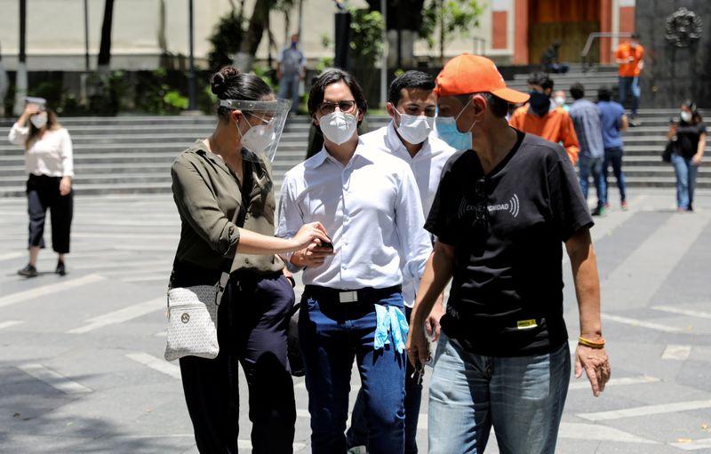 Venezuela anuncia acusações de terrorismo contra aliado de Guaidó após prisão em rodovia