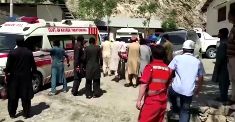 Explosão de ônibus no Paquistão mata 13, incluindo chineses; Pequim diz ser ataque a bomba