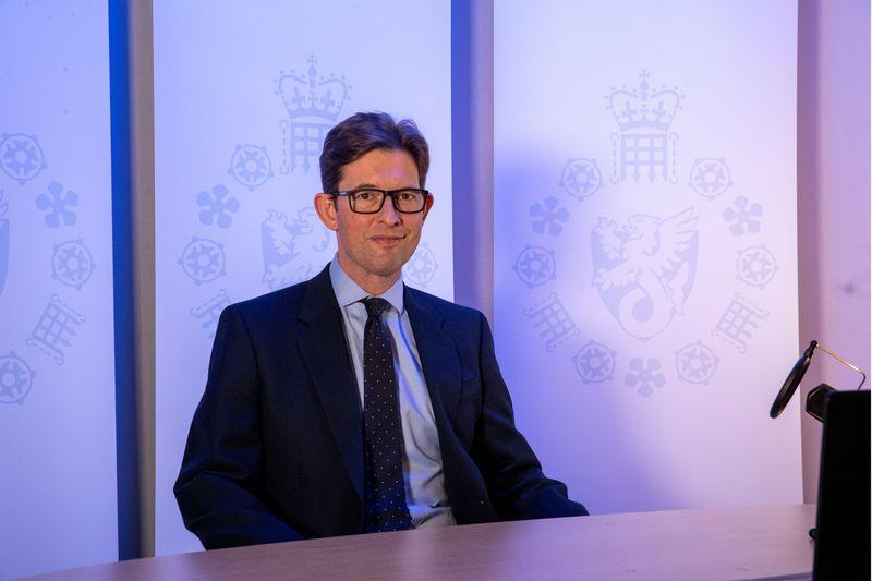 Chefe de inteligência do Reino Unido diz que potências estrangeiras não são responsáveis por ataques racistas