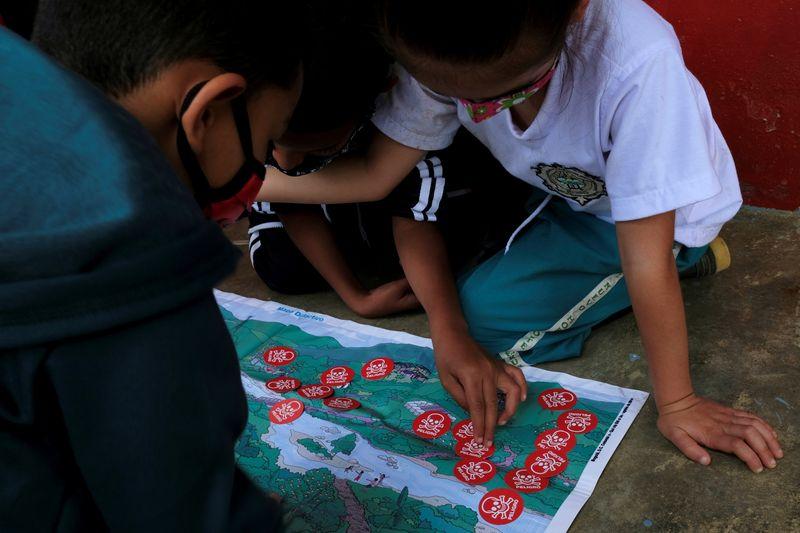 Crianças colombianas aprendem a identificar minas terrestres enterradas durante guerra civil