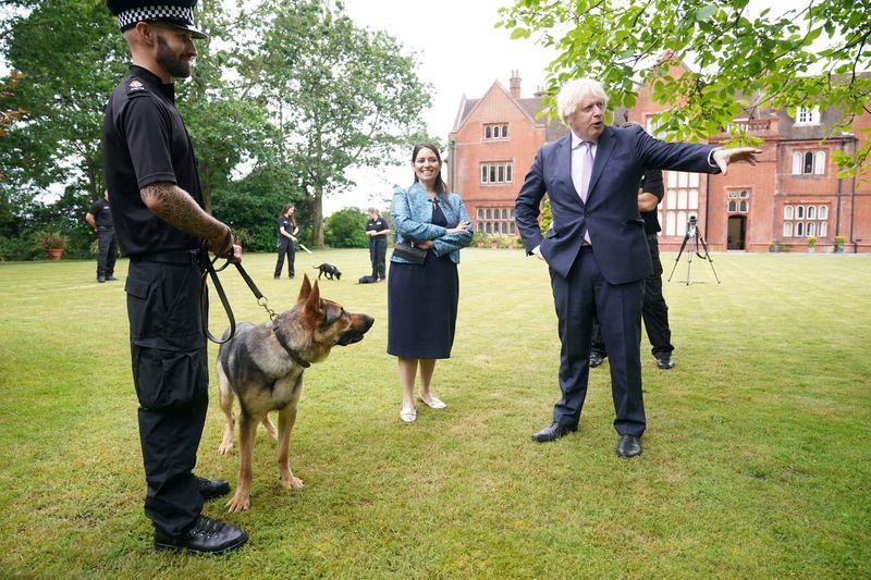 """Boris Johnson está preocupado com os """"impulsos românticos"""" de seu cachorro em Downing Street"""