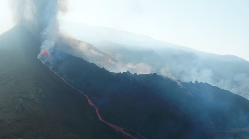 Vulcão de La Palma volta a rugir enquanto lava se aproxima do mar