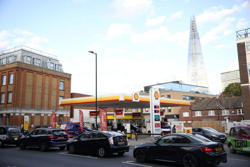 Reino Unido coloca Forças Armadas de prontidão para lidar com corrida a postos de combustível