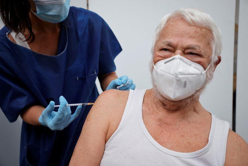 Vacinas de Pfizer e AstraZeneca previnem 80% de hospitalizações de pacientes com mais de 80 anos, diz Reino Unido