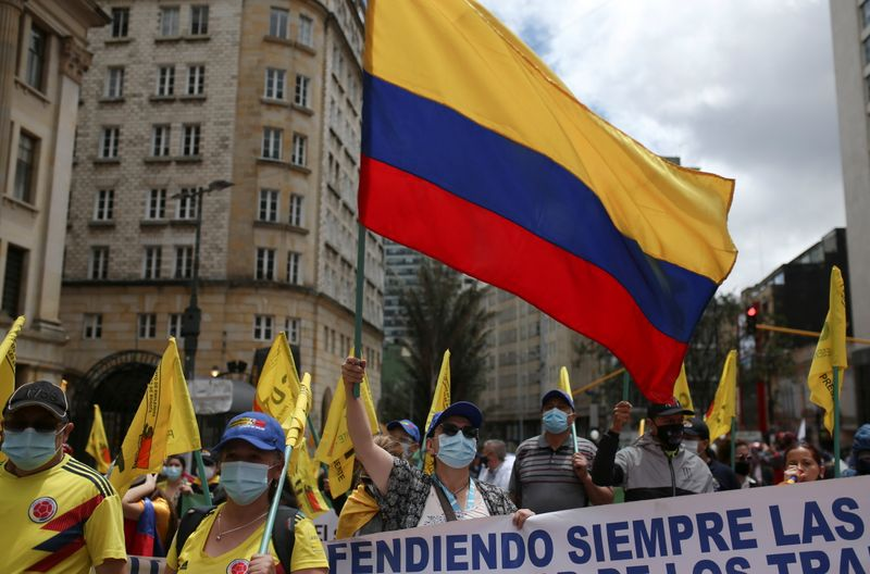 Manifestantes colombianos protestam por ajuda econômica e mudança social