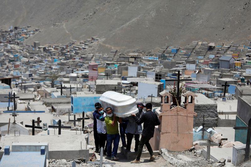 Peru revisa número de mortos na pandemia e tem agora pior marca per capita no mundo