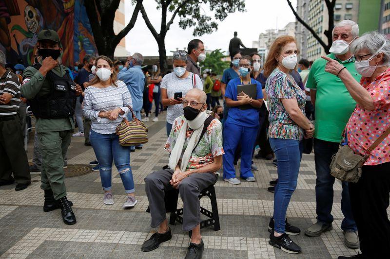Longas filas e confusão marcam início de vacinação contra Covid-19 na Venezuela
