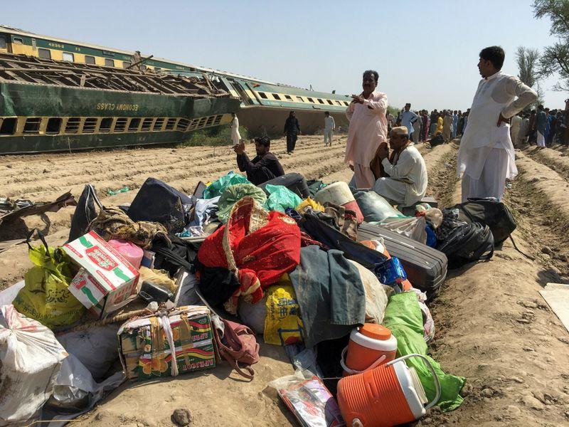 Número de mortos de colisão de trens no Paquistão sobe para 56
