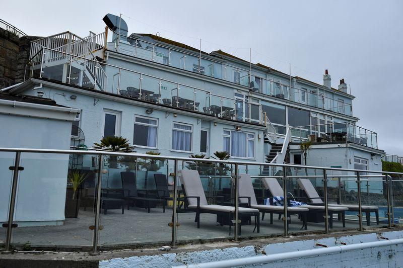 Surto de Covid-19 fecha hotel que hospeda delegação da cúpula do G7