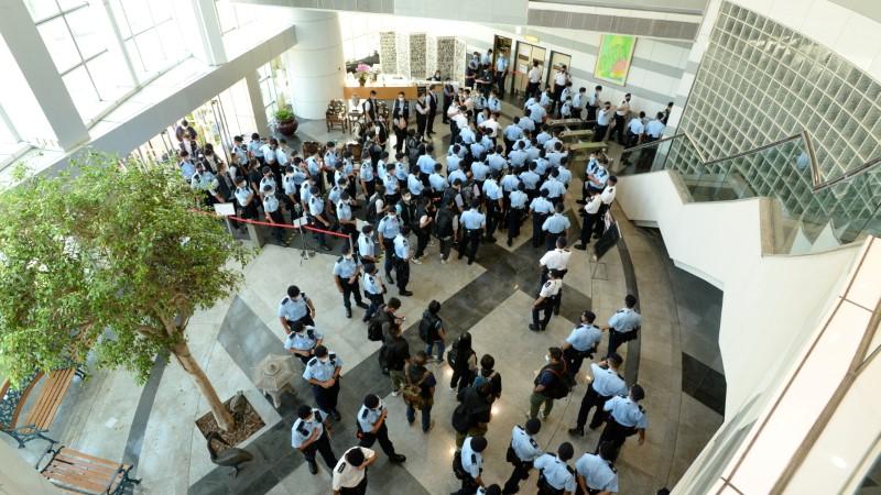 Policiais invadem redação de jornal de Hong Kong sob alegação de violações à segurança nacional
