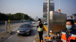 China vai manter restrições de fronteira contra pandemia por mais um ano, diz WSJ