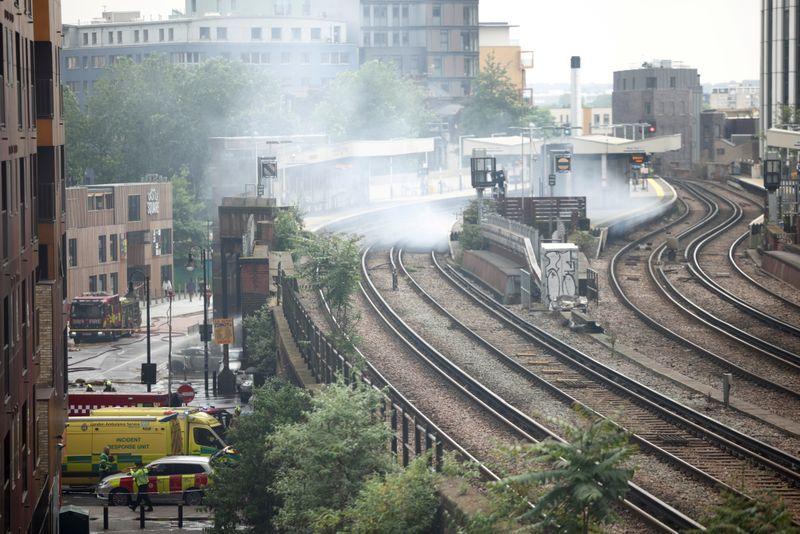 Grande incêndio atinge arco ferroviário no sul de Londres