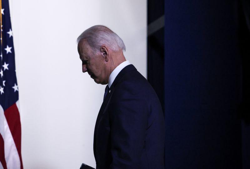 Biden erra ao manter diretriz da era Trump na fronteira, dizem aliados